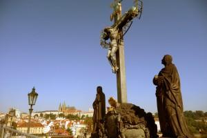 karlsbroen statuer